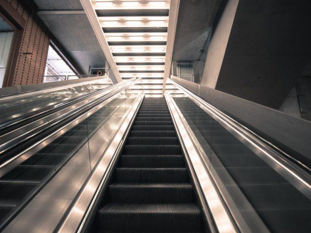 asansor-yuruyen-merdiven-uretiminde-caka-makinalari4